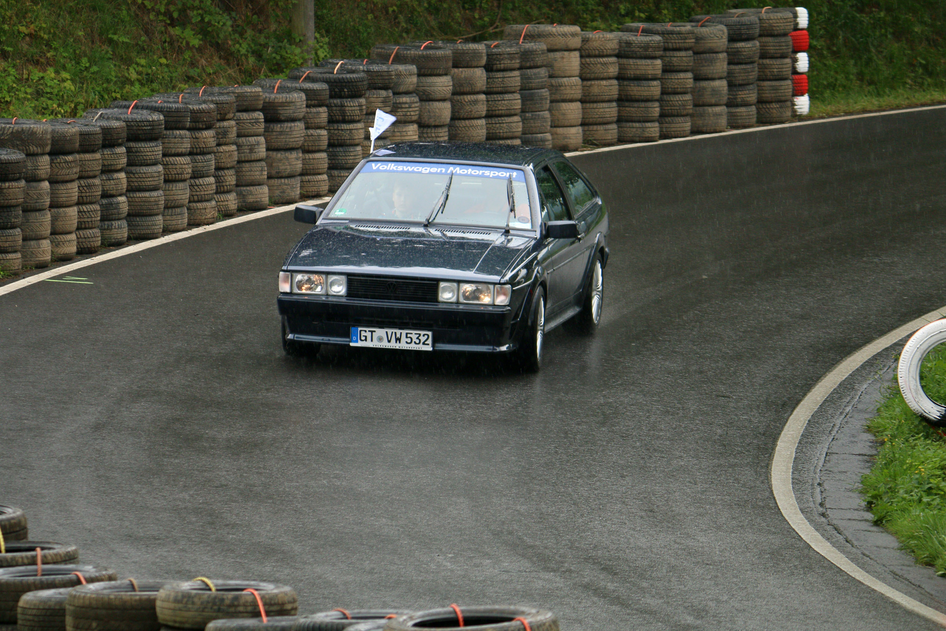 Dieser Scirocco Scala 1,6l ist von 1988, hat einen 75PS Vergasermotor bei 875kg Leergewicht. Er hat 89.000 km gelaufen und wird (normalerweise) nur bei gutem Wetter gefahren.  Volkswagen-interne Bezeichnung Typ 53B.
