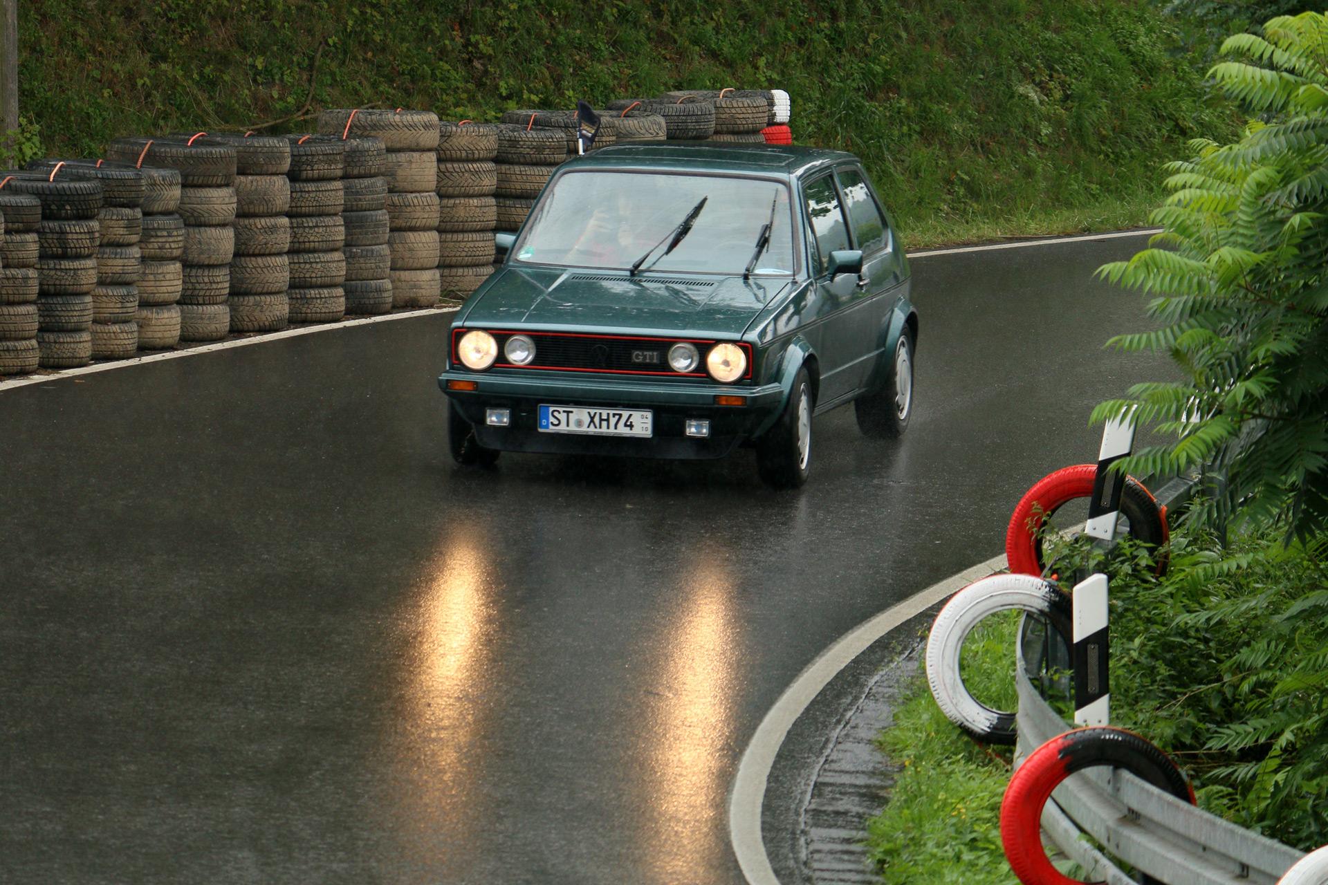 Die Buchstaben GTI stehen für Grand Tourisme Injection. Ein Leergewicht von 810 kg verhalfen dem Golf GTI zu überdurchschnittlichen Fahrleistungen.