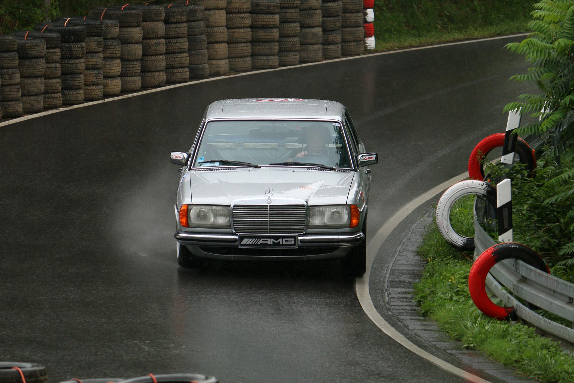 Mercedes-AMG entwickelt zusammen mit Mercedes-Benz Gesamtfahrzeugkonzepte im Hochleistungsbereich und ist ein Mercedes-Benz-Original-Equipment-Manufacturer (OEM).