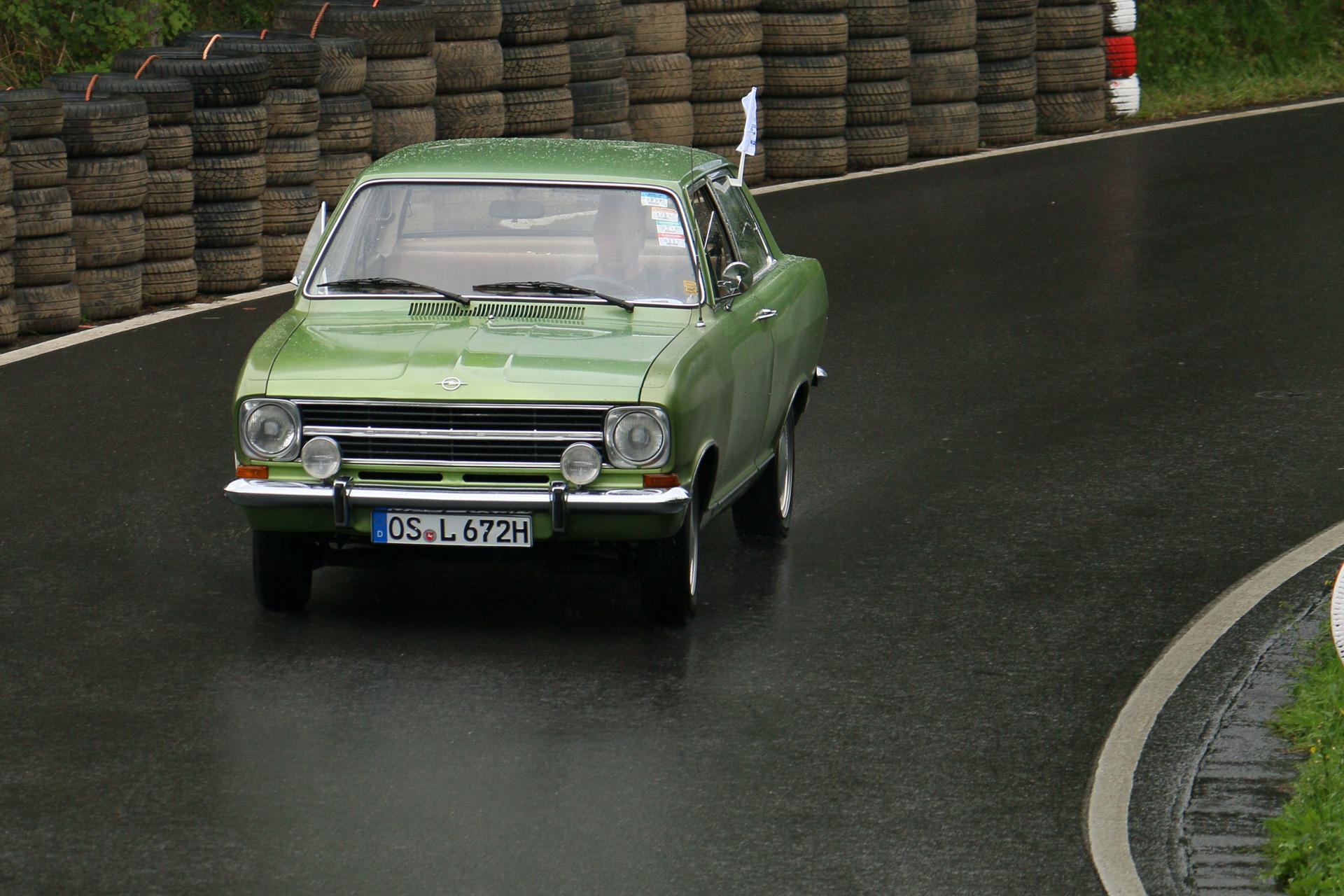 Der Kadett B wurde im September 1965 als Nachfolger des Kadett A vorgestellt. Wie der Vorgänger hatte er einen längs eingebauten Frontmotor und Hinterradantrieb.
