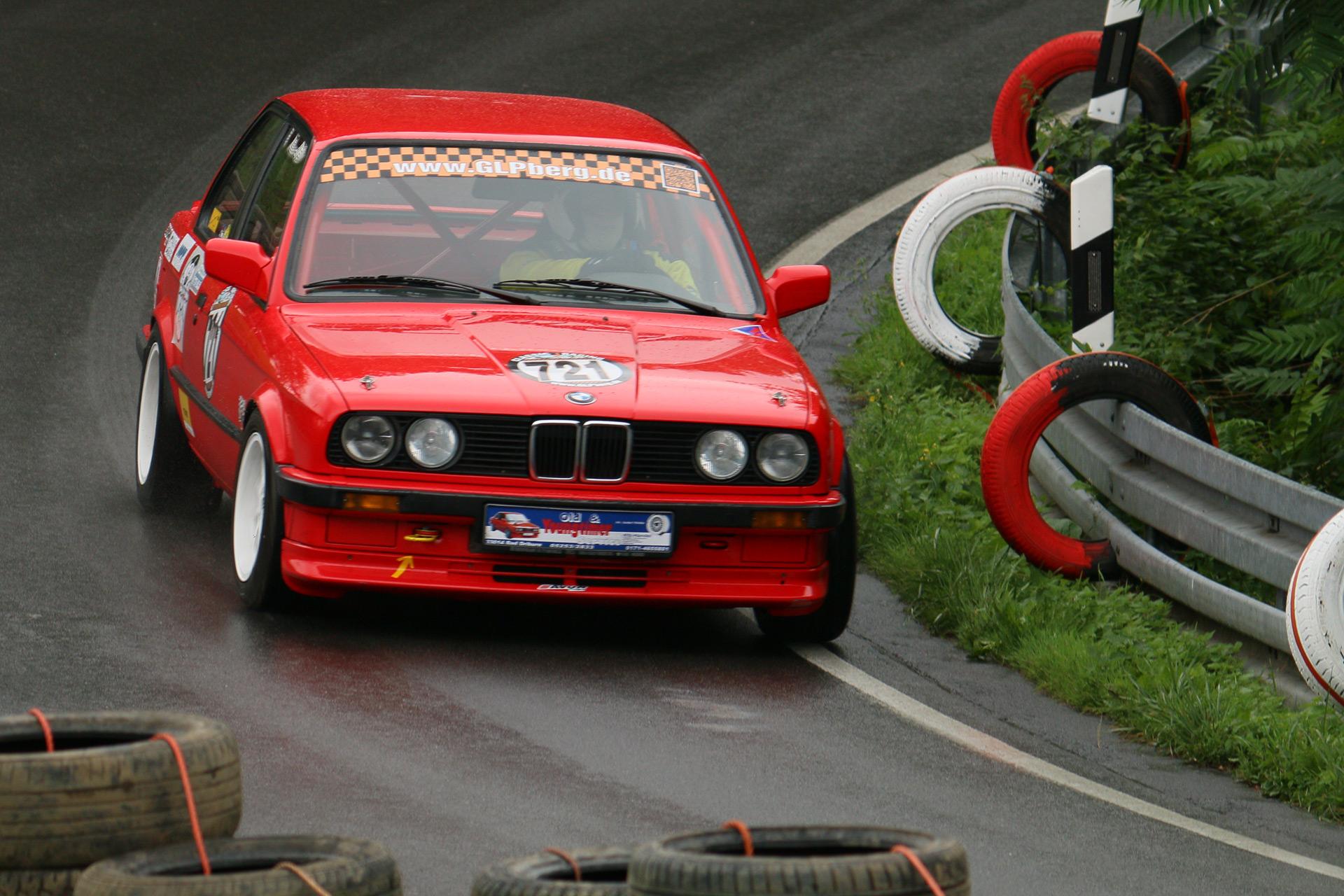 Die Baureihe E30 löste im November 1982 die Fahrzeuge der ersten 3er-Reihe E21 ab. Das Design der ersten 3er-Reihe stammt von Paul Bracq und wurde im E30 unter Claus Luthe weiterentwickelt.