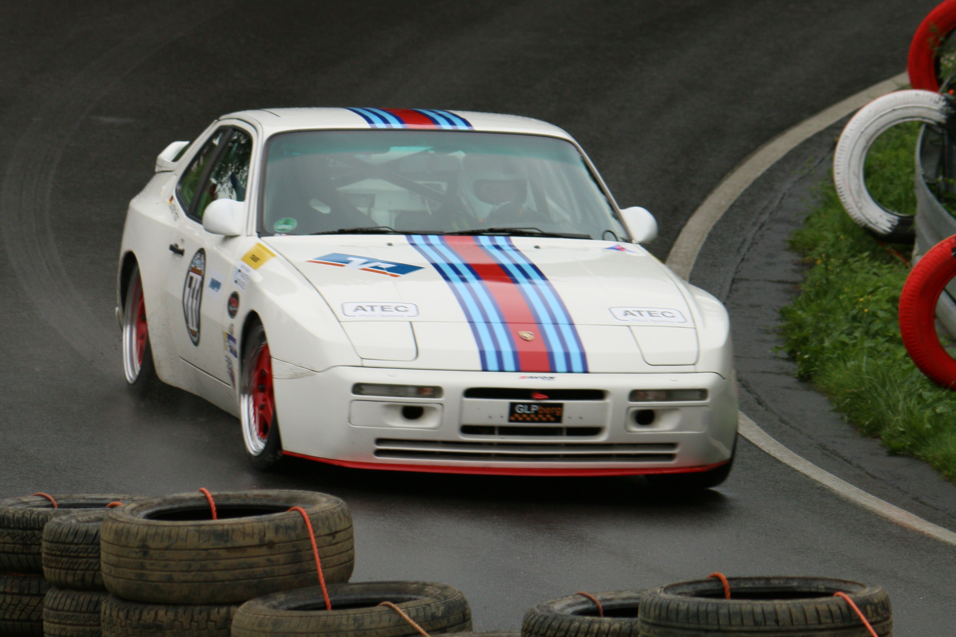 Der Motor des Porsche 944 S2 war zur Zeit seiner Präsentation der Reihenvierzylinder mit weltweit dem größten Hubraum in einem Serien-PKW. Karosserie und Interieur des S2 wurden direkt vom bisherigen 944 Turbo übernommen.