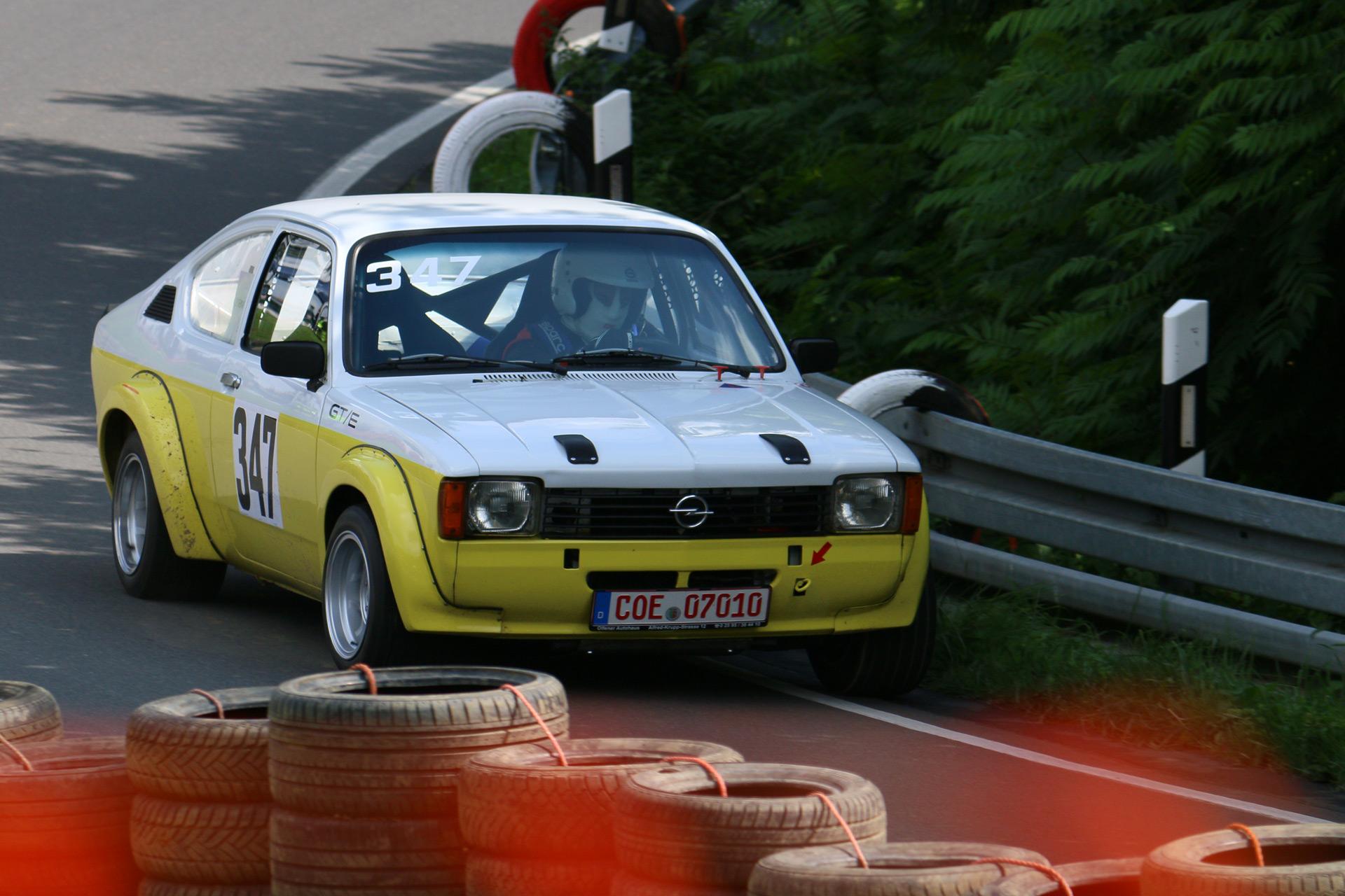 Ein Jahr vor dem Golf GTI des Konkurrenten Volkswagen stellte Opel die sportliche Variante des Kadett, den Kadett GT/E, Mitte 1975 vor.